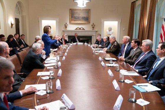Imaginea articolului Tensiuni la Casa Albă pe tema situaţiei din Siria. Oficiali democraţi: Donald Trump a insultat-o pe Nancy Pelosi în timpul şedinţei/ Fotografia istorică