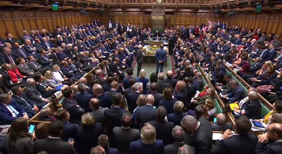 Imaginea articolului ULTIMA ORĂ Boris Johnson suspendă procedura de aprobare a Acordului Brexit, după ce Camera Comunelor a respins planul premierului britanic de transpunere în legislaţie a Acordului - LIVE VIDEO