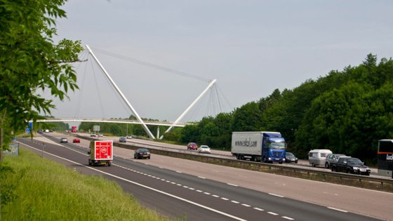 Camion suspect, oprit pe o autostradă din Marea Britanie: Nouă imigranţi, găsiţi în viaţă de poliţişti, în interiorul vehiculului