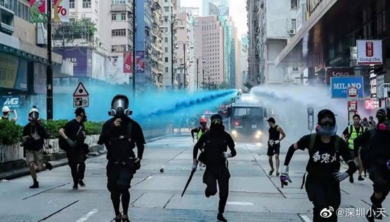 Imaginea articolului Hong Kong: Protestatarii au sfidat interdicţia de a purta măşti, cu ocazia festivităţilor de Halloween - VIDEO