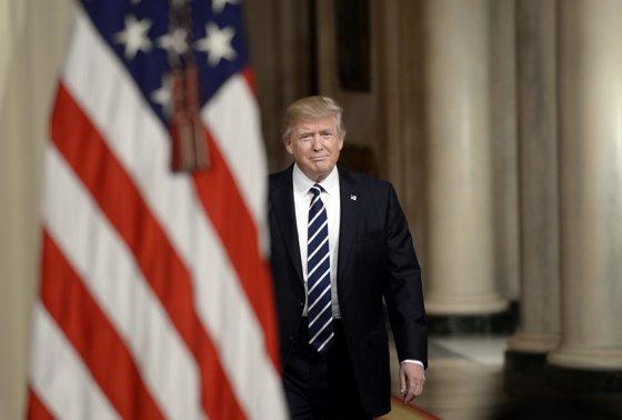 """Imaginea articolului Preşedintele Donald Trump susţine că """"majoritatea furioasă"""" a americanilor îl susţine în ancheta ce poate conduce la demiterea sa"""