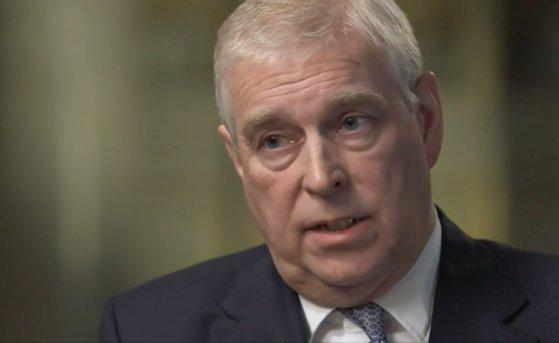 Scandal la Palatul Buckingham. Prinţul Andrew, acuzat de abuzuri sexuale alături de Jeffrey Epstein, se retrage din activităţile regale