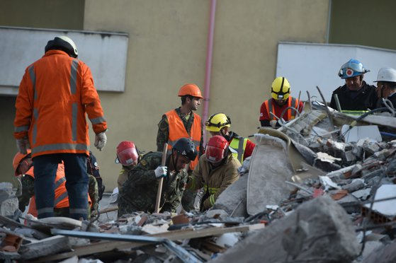 Imaginea articolului Autorităţile anunţă încheierea operaţiunilor de căutare în Albania, la care au participat şi români. Bilanţul cutremurului a ajuns la 51 de morţi