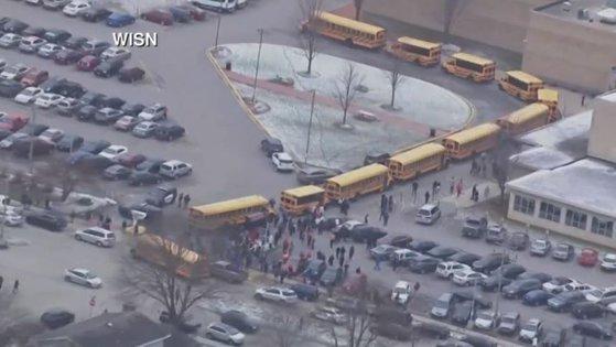 Imaginea articolului Nou incident grav într-un liceu din Statele Unite. Schimb de focuri între un elev şi un agent de pază. VIDEO