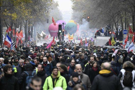 Imaginea articolului Proteste masive în Franţa. Aproximativ 1,5 milioane de persoane au participat la manifestaţii. VIDEO