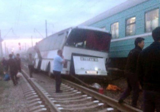 Imaginea articolului Cel puţin 7 morţi şi 30 de răniţi după ce un autobuz s-a ciocnit cu un tren în Mexic