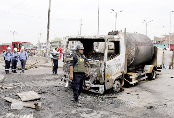 Imaginea articolului Cel puţin 14 morţi şi zeci de răniţi, în urma exploziei unei autocisterne în Peru. FOTO