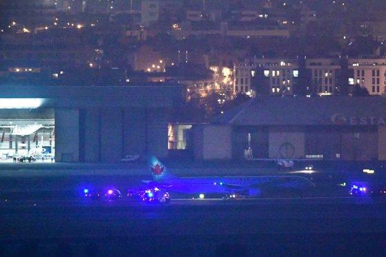 Imaginea articolului Avionul Air Canada, cu 128 de pasageri la bord, a aterizat pe Aeroportul din Madrid. Momentul în care aeronava ajunge pe pistă