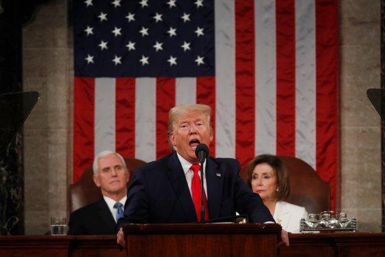 """Imaginea articolului Tensiuni la """"Starea Naţiunii"""". Donald Trump ar fi refuzat să dea mâna cu Nancy Pelosi, iar democrata a rupt o copie a discursului său - VIDEO"""
