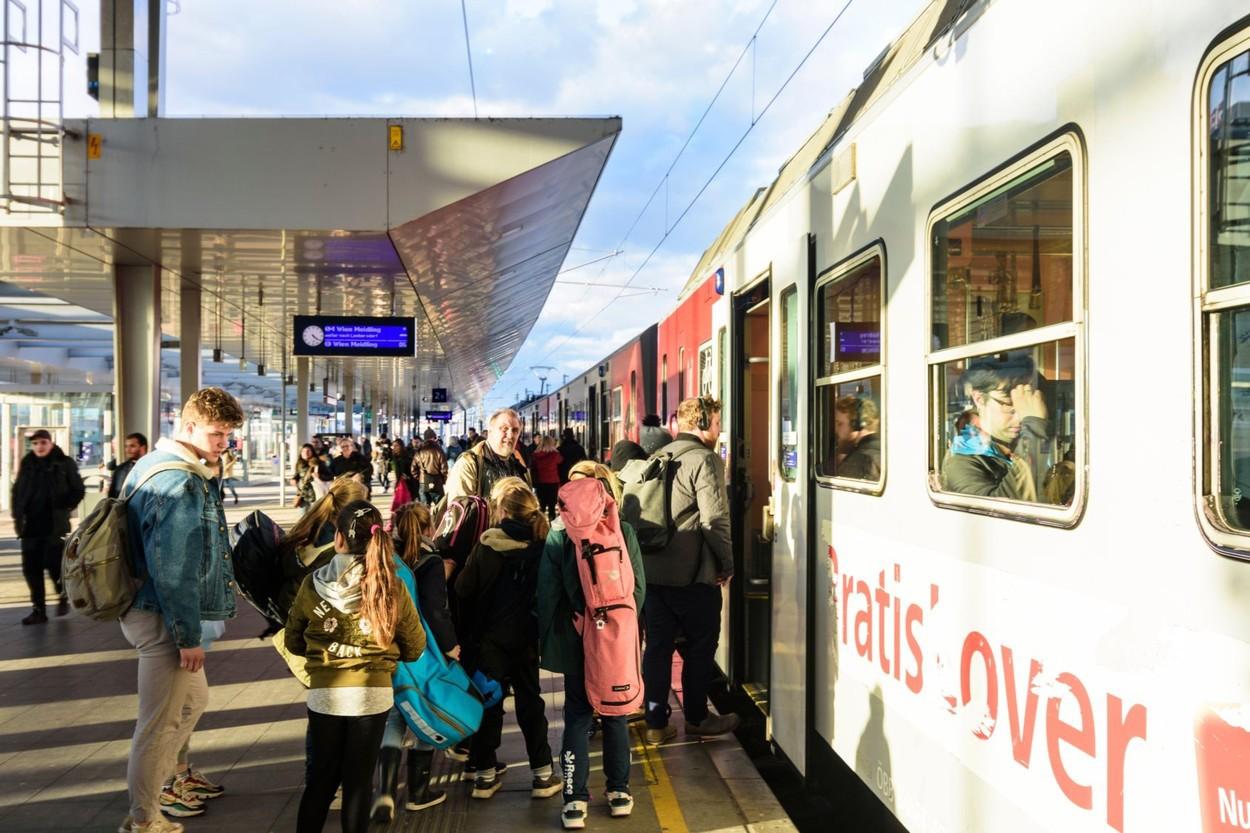 Trenul Oprit La Graniţa Cu Austria A Primit Permisiunea De A