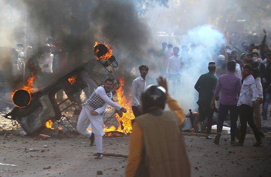 Proteste violente în capitala Indiei: Bilanţul morţilor a ajuns la 7 şi cel puţin 150 de persoane au fost rănite. FOTO