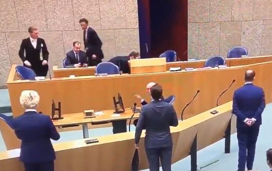 Imaginea articolului VIDEO: Ministrul sănătăţii din Olanda s-a prăbuşit din cauza oboselii în timp ce răspundea la întrebări