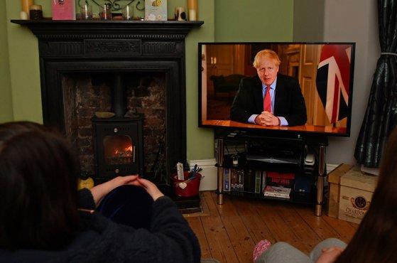 Imaginea articolului Boris Johnson impune brusc restricţii privind deplasările. Situaţiile în care britanicii mai pot ieşi din case