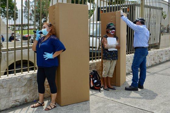 Autorităţile din Ecuador au început să distribuie sicrie din carton pentru persoanele decedate din cauza COVID-19