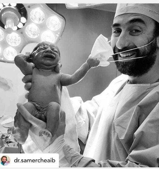 Imaginea articolului FOTO Imaginea speranţei că în curând vom renunţa la ele: Un nou-născut smulge masca medicului, imediat după ce vine pe lume