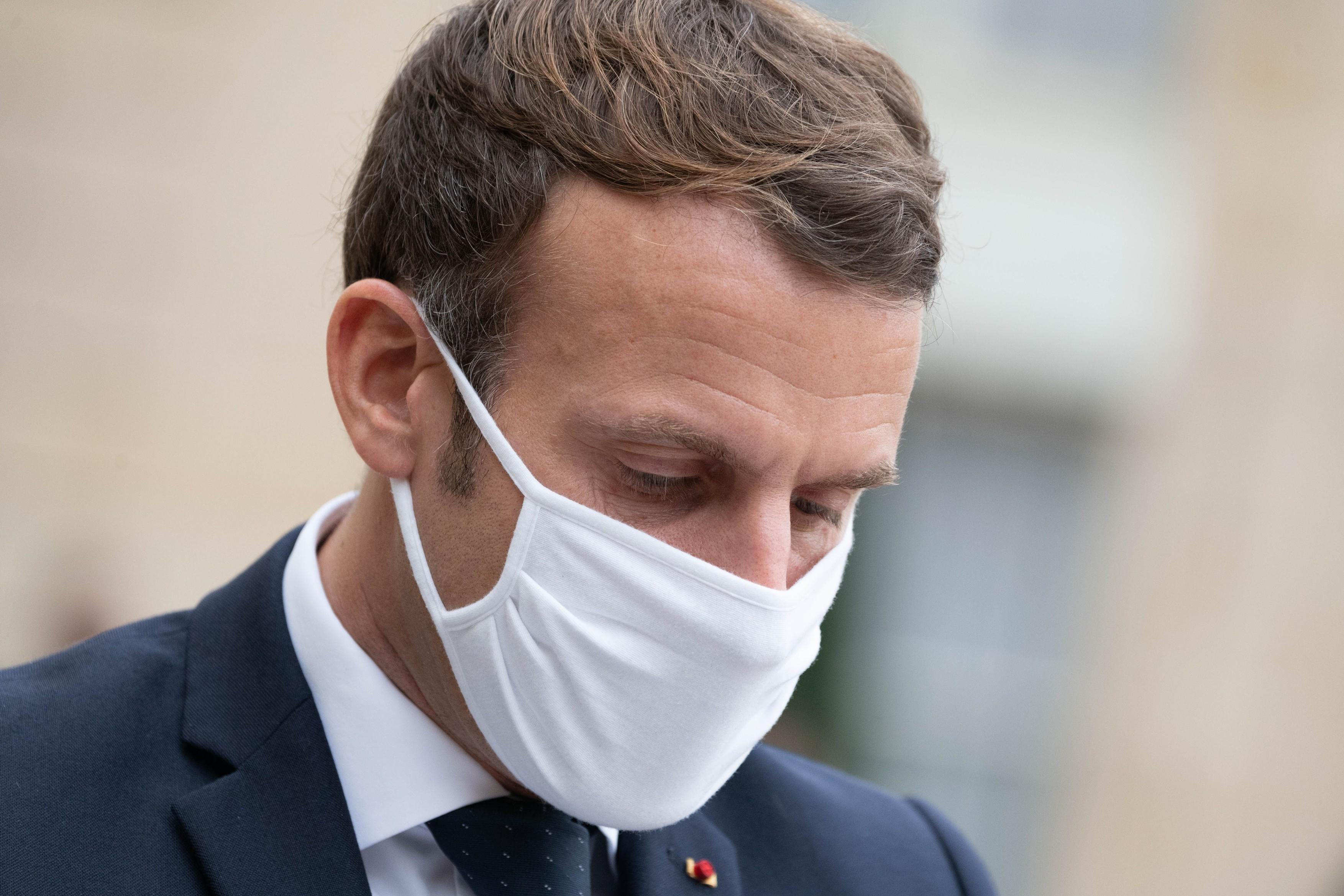 """Macron a fost """"şocat"""" de videoclipul în care mai mulţi ofiţeri de poliţie din Paris au bătut o persoană de(...)"""