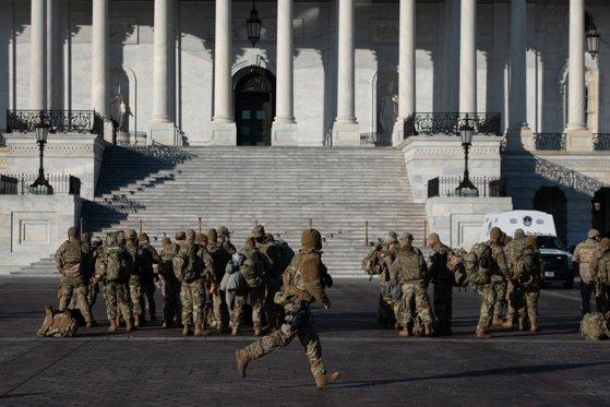 Imaginea articolului FOTO: Stare de asediu în SUA. Garda Naţională a fost convocată în Washington DC