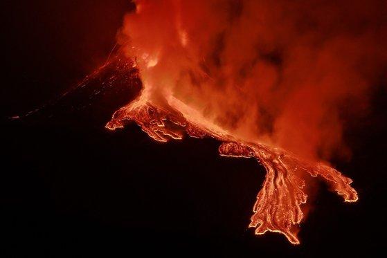 Imaginea articolului Imagini spectaculose. Vulcanul Etna din Italia a erupt pentru a patra oară în ultimele patru zile
