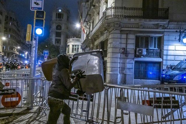 Poliţia spaniolă investighează posibilul rol al străinilor în revoltele violente din Barcelona|EpicNews