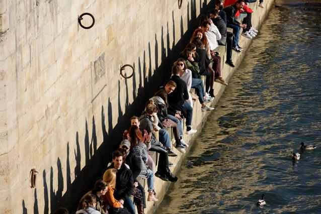 Fără stres, la Paris. Disperată, Poliţia a împrăştiat mulţimea de pe malurile Senei, din cauza lipsei distanţării sociale|EpicNews