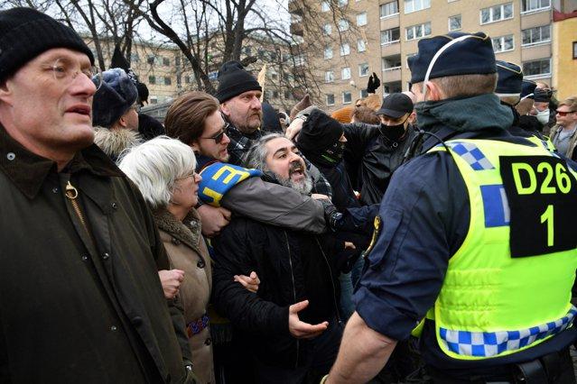 Protest în Stockholm, organizat sâmbătă. Poliţia suedeză a dispersat o demonstraţie a nemulţumiţilor faţă de restricţii|EpicNews