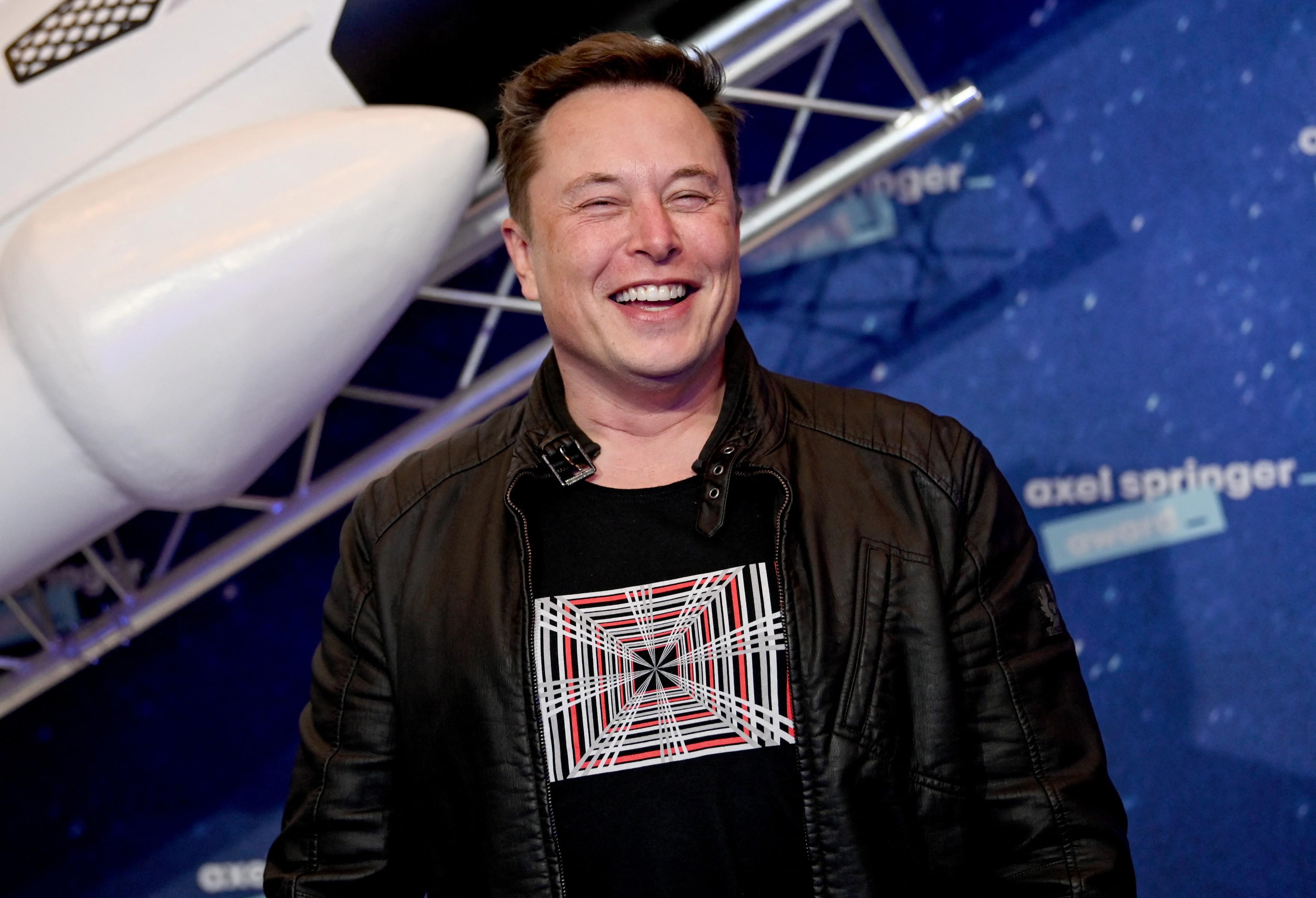 Elon Musk revoluţionează internetul cu reţeaua de sateliţi Starlink