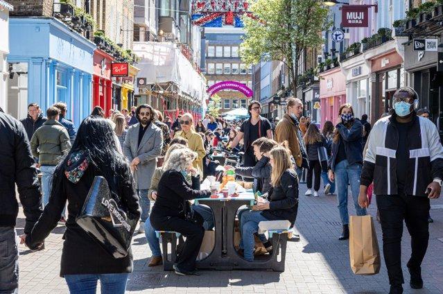 Primul weekend de relaxare în Marea Britanie. Luptele izbucnesc în Soho, în timp ce londonezii sărbătoresc la terase. Se estimează încasări de aproximativ 300 de milioane de lire sterline  |EpicNews