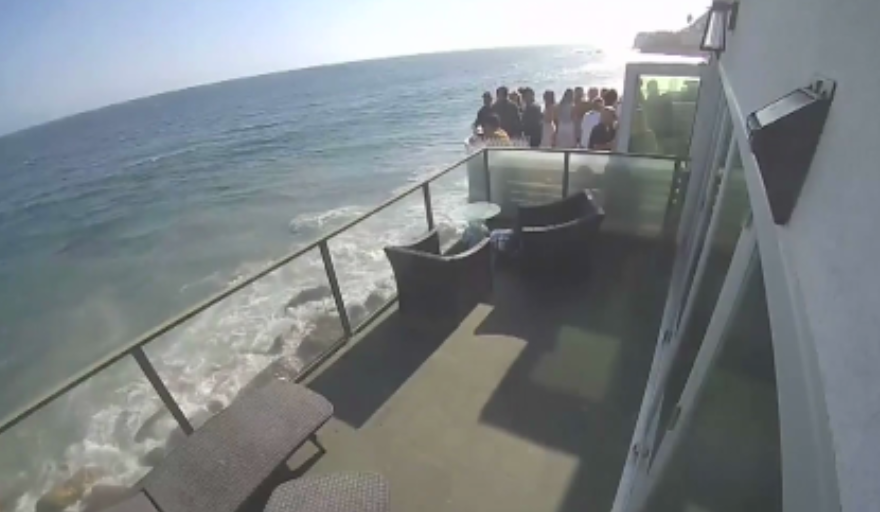 VIDEO Atenţie, cade! Momentul în care un balcon ticsit de invitaţi se prăbuşeşte pe stânci, în timpul unei(...)