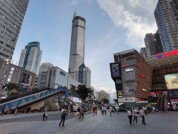 Momente de panică în China. Oamenii aleargă îngroziţi din calea unui zgârie-nori care se clatină în mod inexplicabil