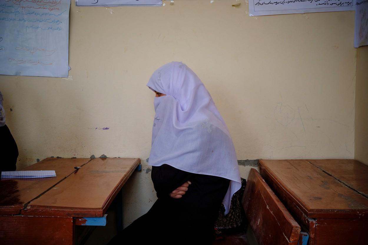Talibanii ignoră dreptul la educaţie al femeilor afgane. Şcolile din învăţământul secundar se redeschid doar pentru(...)