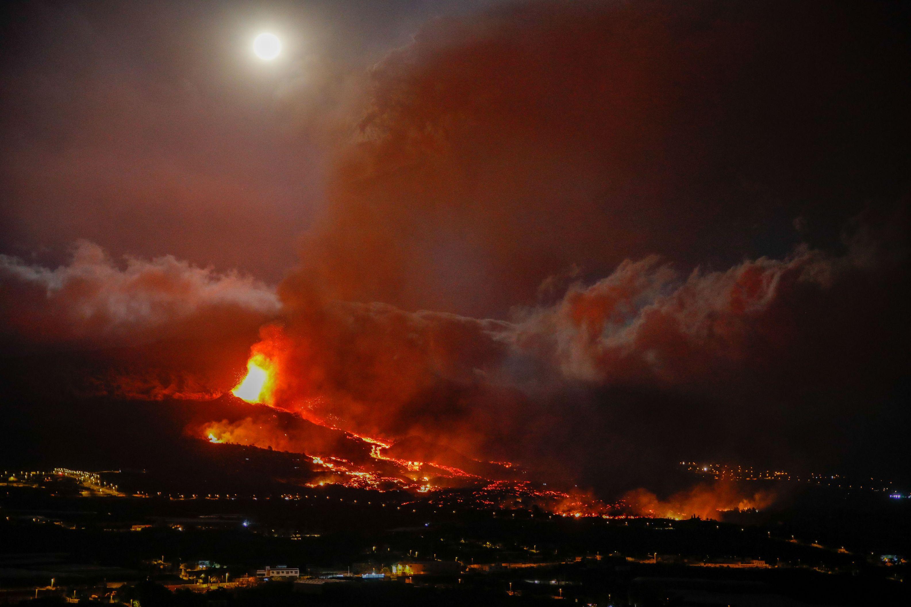 Erupţia vulcanului din La Palma. Aproximativ 10.000 de persoane sunt evacuate de pe insulă. Lava continuă să avanseze