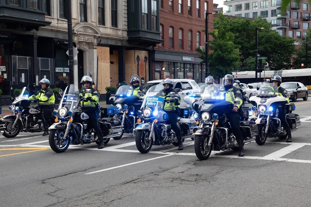 Zeci de poliţişti dintr-un stat american demisionează din cauza obligaţiei de vaccinare anti-Covid