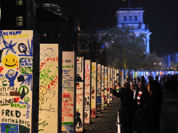 Lanţul de domino ce simbolizează Zidul Berlinului