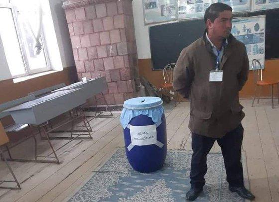 Imaginea articolului Butoaie de varză în loc de urne, într-o comună din Vâlcea. Primar: Sunt sigure şi uşor de manipulat