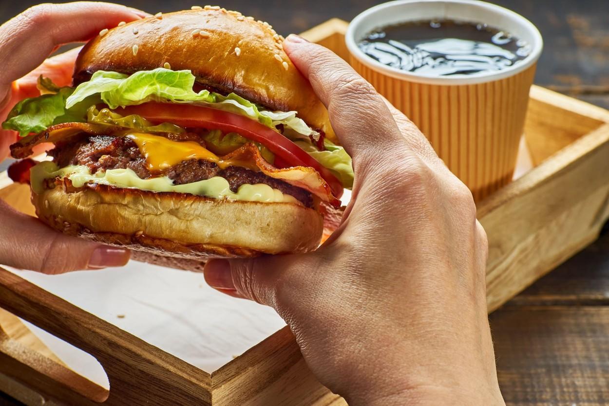 Se poate slăbi cu junk food? Ce spune specialistul în nutriţie