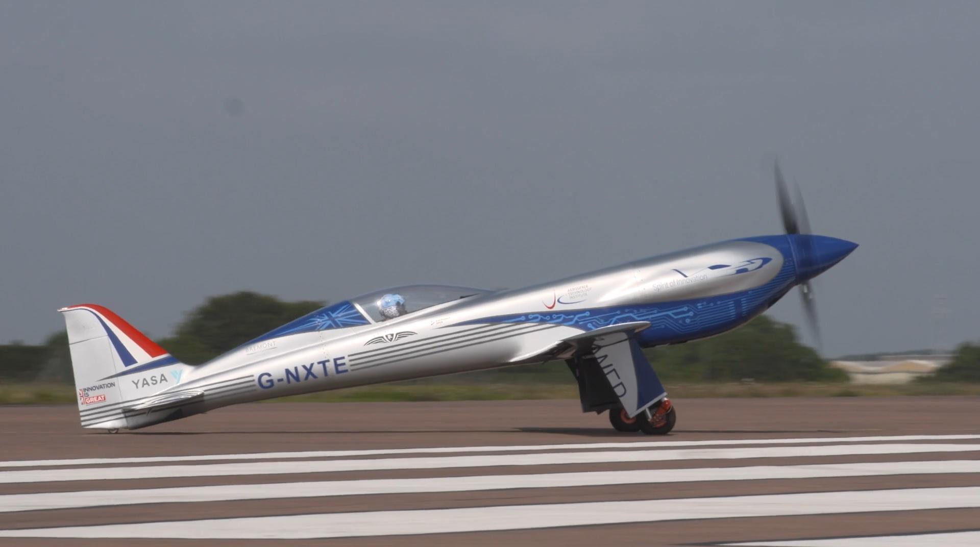 Rolls-Royce a efectuat primul zbor electric. Prototipul s-a menţinut în aer timp de 15 minute