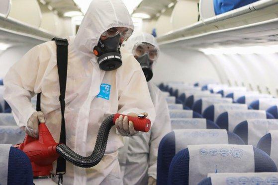 Imaginea articolului Călătorind cu teamă de COVID-19. Cinci sfaturi pentru a evita bolile în timpul zborului cu avionul