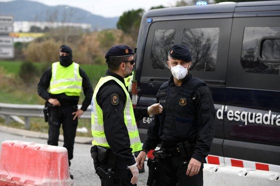 Imaginea articolului Spania, lovită puternic de pandemie, foloseşte drone pentru a-i ţine pe cetăţeni în case   VIDEO