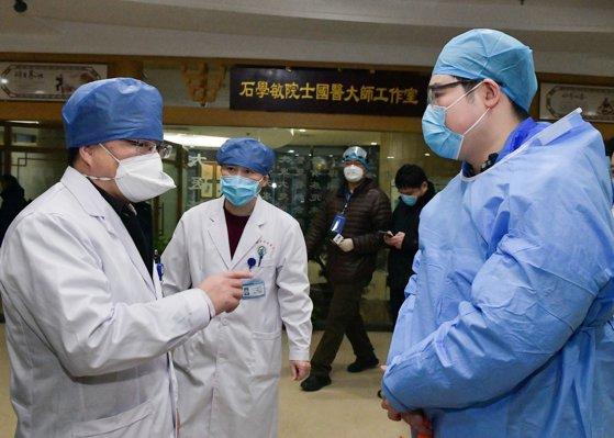 Imaginea articolului Descoperirile făcute de medicii chinezi după 29 de autopsii: cum acţionează coronavirusul şi ce schimbări produce, în realitate, în corpul uman