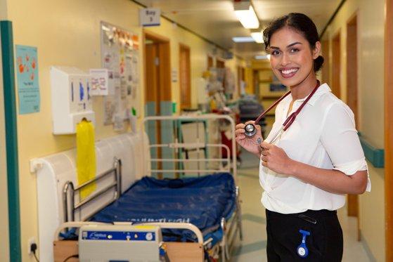 Renunţă la coroană şi intră în lupta împotriva coronavirusului / Miss Anglia se reangajează în spital pentru a ajuta bolnavii