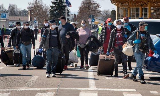 Lider PNL, despre muncitorii sezonieri strânşi pe aeroport în Cluj: Părem imbecilii planetei