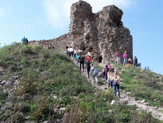 Ruinele Cetăţii Şiria, vizitate de sute de turişti după ce a