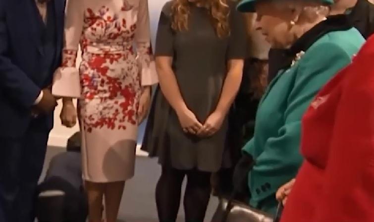 IMAGINILE ZILEI: Emoţia de a face cunoştinţă cu Regina Marii Britanii a fost prea mare pentru un băieţel de 9 ani