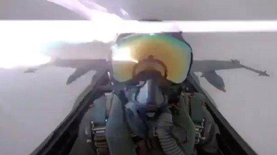 Imaginea articolului VIDEO - Moment de INFARCT pentru un pilot, după ce aeronava militară pe care o pilota a fost lovită de fulger
