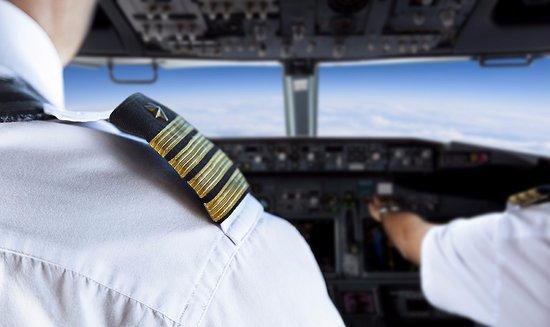 Imaginea articolului Un căpitan de aeronavă şi o stewardesă au fost suspendaţi pentru un gest nepermis făcut în carlinga avionului