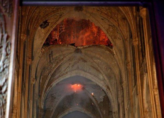 Imaginea articolului Primele IMAGINI din interiorul Catedralei Notre-Dame după incendiul devastator: Altarul şi crucea, neatinse de flăcări | FOTO