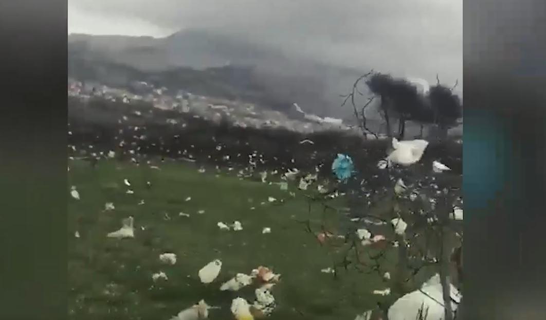 """IMAGINILE ZILEI: Furtună """"de plastic"""" în Croaţia. Momentul în care natura trage un semnal de alarmă privind poluarea"""