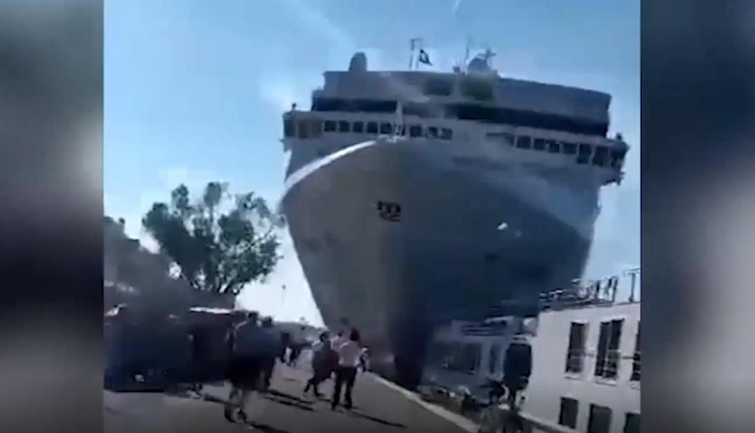 IMAGINILE ZILEI: O navă de crozieră loveşte un vapor cu pasageri la bord, acostat în Portul din Veneţia