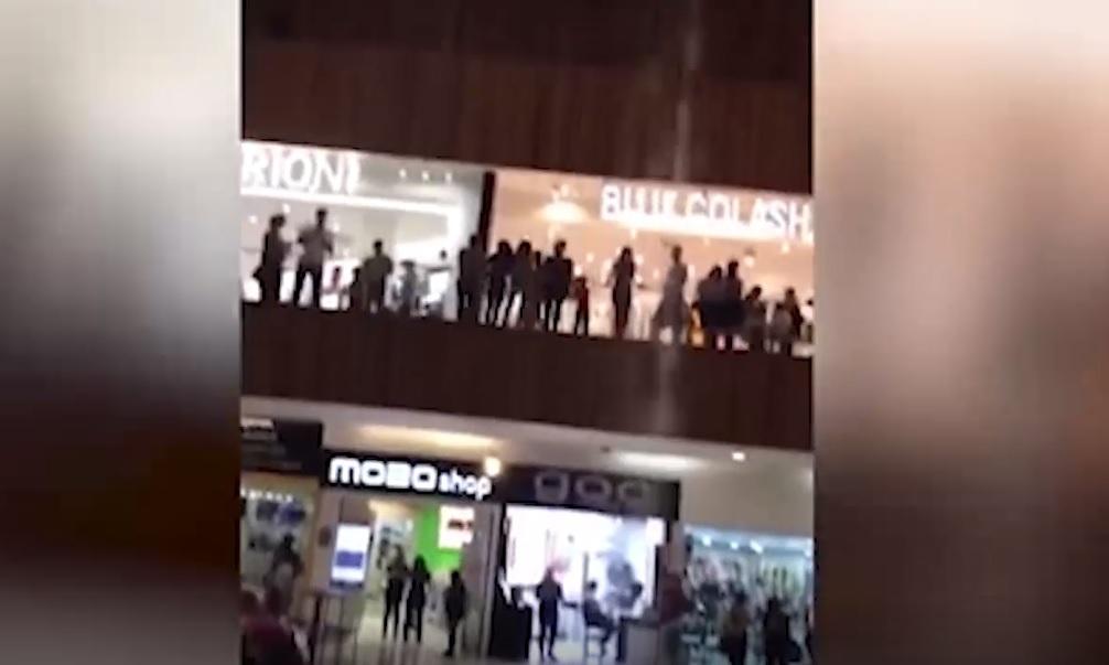 """IMAGINILE ZILEI: Un mall este inundat în momentul în care o formaţie cântă """"My heart will go on"""", celebra melodie din Titanic"""