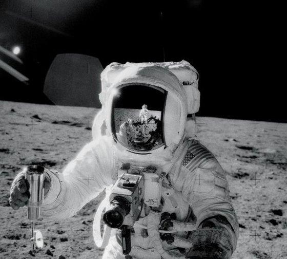 Imaginea articolului Singura înregistrare ORIGINALĂ a primilor paşi făcuţi pe lună de Neil Armstrong, scoasă la licitaţie de un fost intern la NASA
